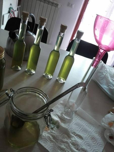 liquore, erbe, bottiglie